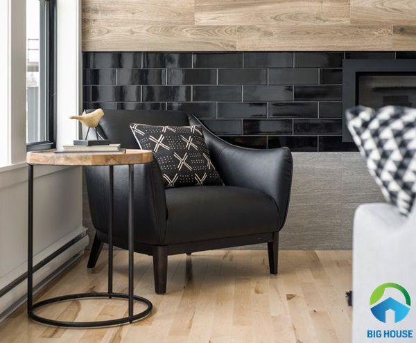 Gạch thẻ ốp tường màu đen ấn tượng, độc đáo cho phòng khách
