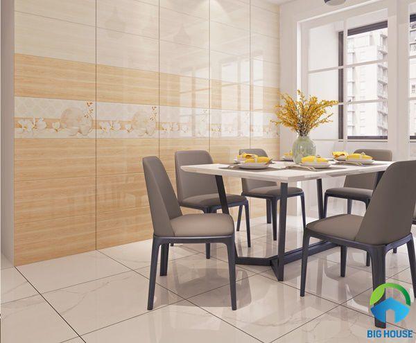 Tường nhà ốp gạch giả gỗ màu cam tạo không gian âm áp cho phòng ăn