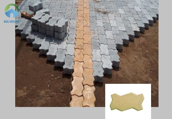 Mẫu gạch con sâu vàng lát thành đường thẳng giúp nền gạch nổi bật và đẹp hơn