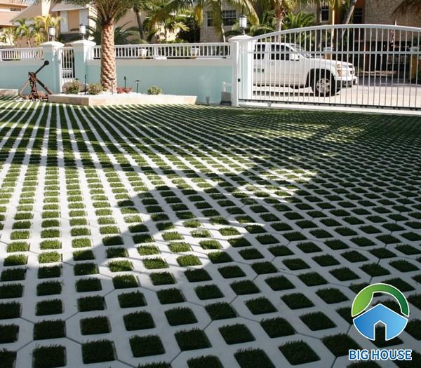 Sân vườn ứng dụng mẫu gạch block trồng cỏ 5 lỗ một cách rất phù hợp, tự nhiên