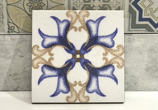 Họa tiết hoa lan cách điệu với 2 tông màu vàng - xanh dương nổi bật trên nền gạch trắng