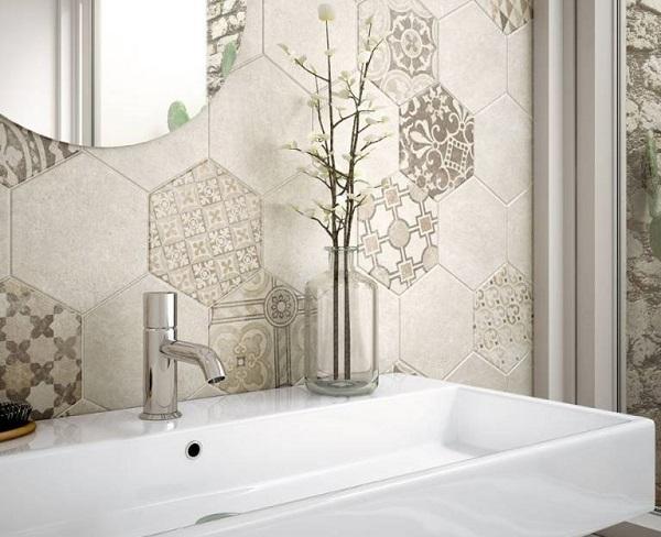 Mẫu gạch lục giác tạo sự liên kết chặt chẽ và đặc sắc cho bức tường phía sau chậu lavabo