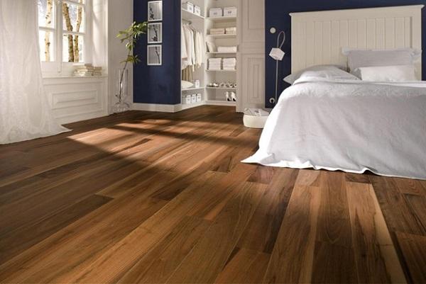 Gạch lát nền vân gỗ vừa mang lại không gian ấm cúng, vừa làm nổi bật nội thất phòng ngủ