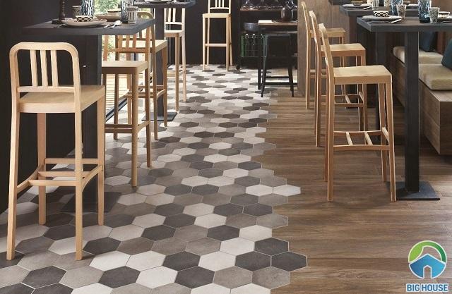 Phòng bếp kết hợp lát gạch giả gỗ và gạch lục giác đẹp ấn tượng, độc đáo