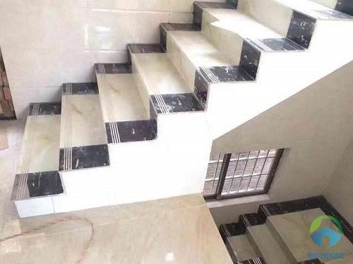 Cầu thang sử dụng gạch giả đá vừa tiết kiệm, vừa đẹp mắt