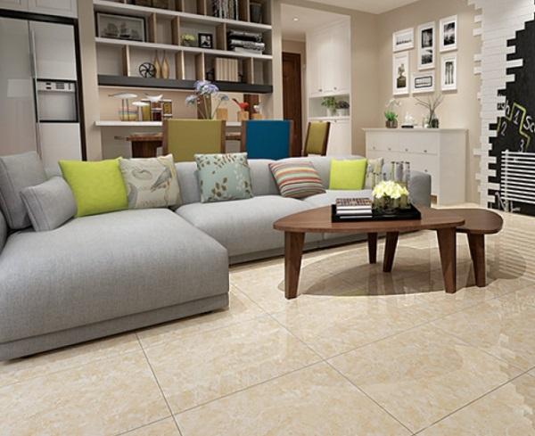 gạch lát vân đá màu vàng nhẹ nhàng giúp mở rộng không gian phòng khách