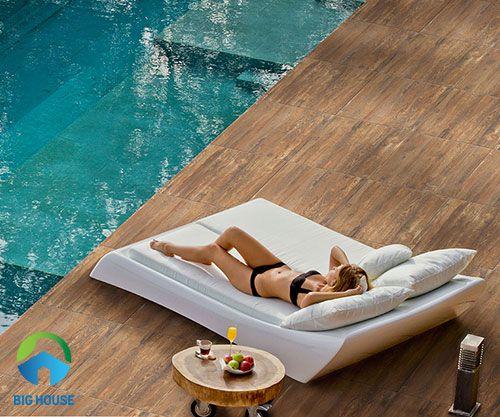 Gạch giả gỗ với bề mặt nhám chống trơn được dùng để lát sân bể bơi
