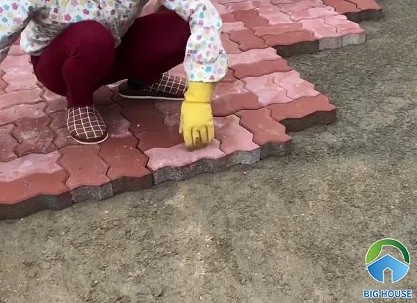 Đặt gạch theo thứ tự để tạo nền bằng phẳng và đẹp mắt