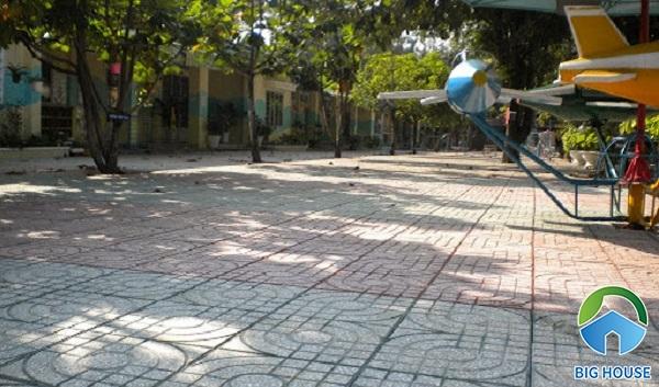 Bên cạnh đó, bạn có thể sử dụng dòng gạch terrazo nhiều màu lát sân các công trình công cộng như sân trường học, bệnh viện...