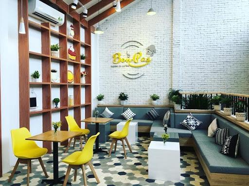 Một quán cà phê theo phong cách hiện đại ứng dụng mẫu gạch lục giác đơn màu