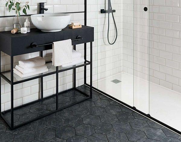 Gạch lục giác giả đá màu đen xám mang đến vẻ đẹp tự nhiên cho phòng tắm