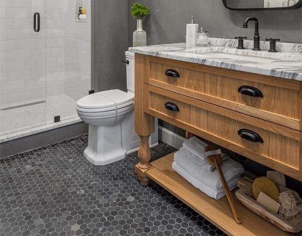 Phòng tắm được lát nền bằng gạch mosaic màu đen xám đẹp hiện đại, ấn tượng
