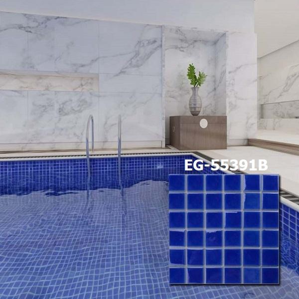 Toàn bộ thành bể và sàn bể bơi sử dụng mẫu gạch mosaic gốm sứ 48x48x5mm màu xanh EG-55391B. Tông màu xanh nước biển đậm của gạch giúp bể bơi trông nổi bật hơn hẳn.