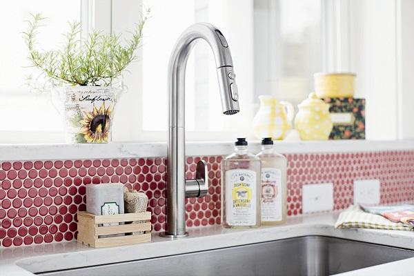 Không chỉ sở hữu màu sắc nổi bật, sử dụng gạch ốp bếp mosaic còn giúp bạn tiết kiệm được thời gian, công sức lau dọn