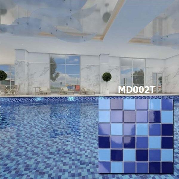 Mẫu gạch này kết hợp giữa 3 tone màu xanh theo độ đậm nhạt, với màu xanh dương đậm chủ đạo. Vì vậy, gạch mang đến cho không gian ứng dụng vẻ đẹp tinh tế, nhẹ nhàng.