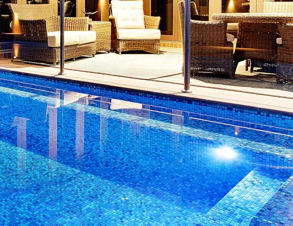 gạch mosaic thủy tinh ốp bể bơi