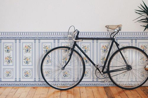 Gạch ốp chân tường phòng khách 60x86 với màu xanh dịu mắt