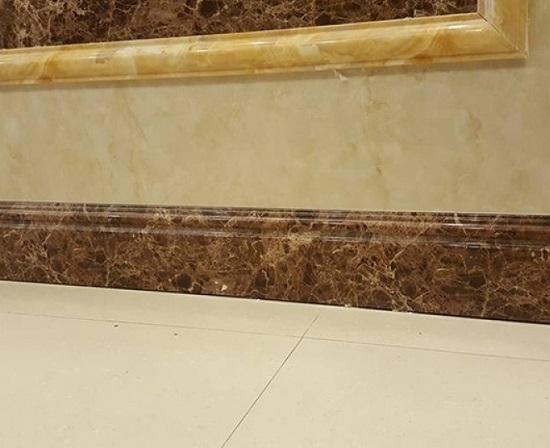 gạch ốp chân tường thấp giả đá sang trọng