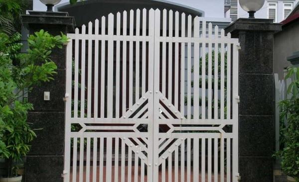 Màu sắc của gạch cổng không nên quá sặc sỡ để giảm sự tương phản ánh sáng