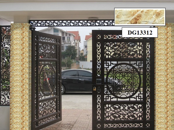 Sử dụng gạch thẻ giả cổ DG13312 làm gạch ốp cột cổng nhà giúp cổng nhà thêm phần sang trọng và cổ điển hơn. Mẫu gạch này là phần kết hợp hoàn hảo với phần cửa cổng cầu kỳ.