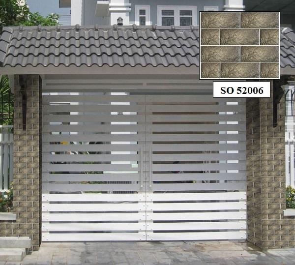 Gạch ốp trụ cổng nhà SO 52006 đơn giản nhưng không kém phần lạ mắt. Mẫu gạch này có tông màu sáng, giúp cổng nhà trông sáng sủa, thanh thoát hơn
