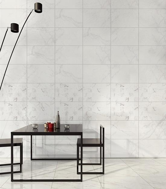 Gạch ốp tường vân đá kết hợp với gạch điểm tạo nên sự mới lạ cho không gian