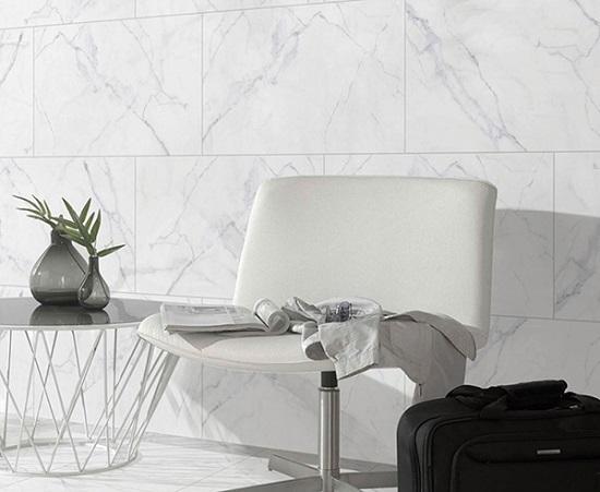Mẫu gạch vân đá màu trắng mang đến sự sang trọng cho phòng khách