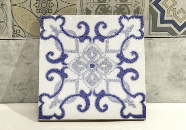 Tông màu xanh dương cùng họa tiết đối xứng mang đến cho mẫu gạch vẻ đẹp tinh tế