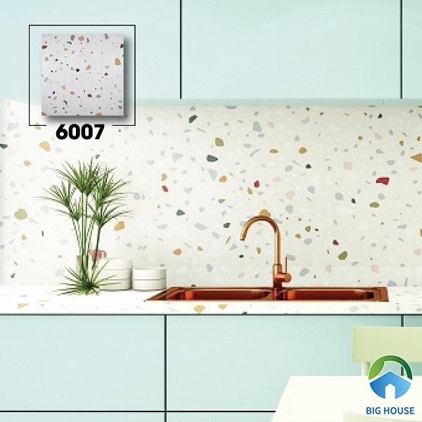 Phòng bếp với gạch ốp tường đá mài 6007 tone màu trắng chủ đạo. Bên cạnh đó, điểm nhấn các chấm nhỏ đa sắc màu tạo vẻ đẹp đặc biệt cho không gian.