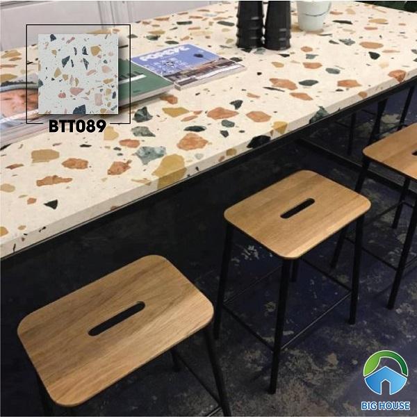 Bên cạnh việc sử dụng gạch terrazzo ốp lát không gian nội ngoại thất, bạn có thể dùng để trang trí bàn ăn hay bàn làm việc. Hãy tham khảo ngay cách này để tạo sự mới mẻ, thu hút.