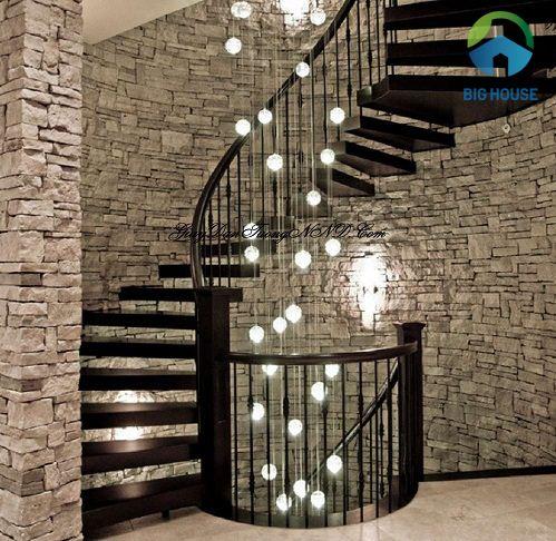 Mẫu gạch ốp tường vách cầu thang giả đá kết hợp ánh đèn trang trí hiện là xu hướng thiết kế mới nhất 2021