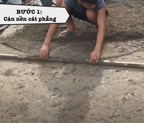 Nền cát cần được cán phẳng để đảm bảo hiệu quả khi thi công
