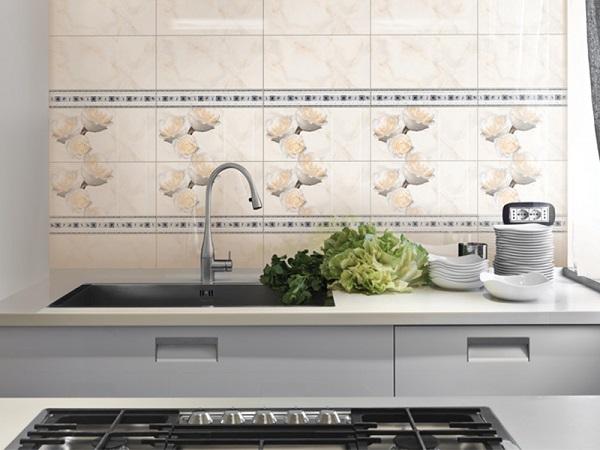 Gạch hoa vân đá màu cam kết hợp cùng gạch điểm tạo nên sự độc đáo cho nhà bếp