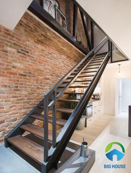 Khu vực cầu thang được trang trí bằng mẫu gạch gốm dán tường mang vẻ đẹp cổ diển
