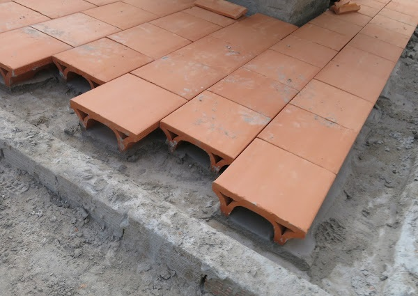 Với sân thượng để đi lại, bạn cần sử dụng lớp vữa trải nền rồi đặt gạch chữ U lên